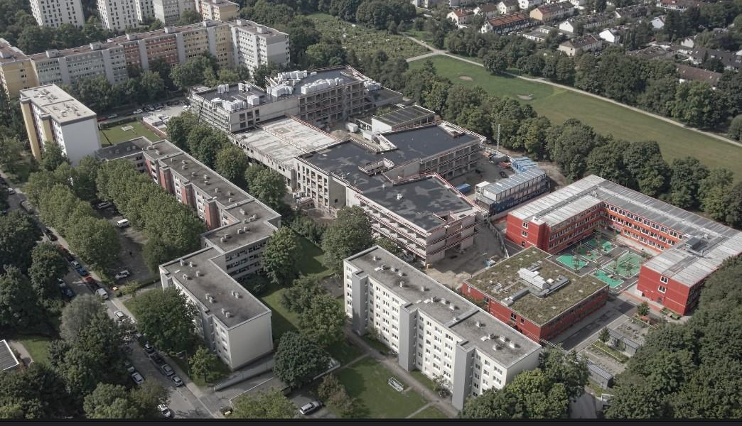 Neuperlach mit der Schule am Strehleranger am Ostpark im August 2021